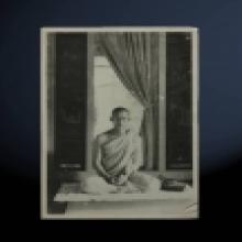ภาพในหลวงทรงผนวช ด้านหลังปั้มตราวัดบวรนิเวศวิหาร ปี 2508
