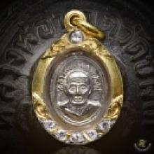 หรียญเม็ดแตง หน้าผาก 3 เส้นปีกกา หัวขีด มาพร้อมเลี่ยมจับขอบฝ