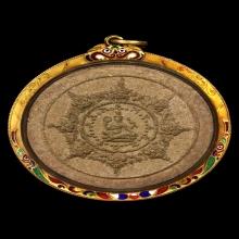 พระผงสุริยันจันทรา ปี30 พิมพ์เล็ก เนื้อไม้ปัดทอง