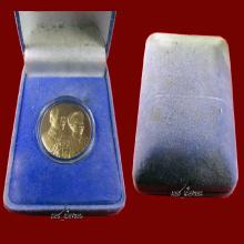 ผิวหิ้งบูชาร่วม20ปีเหรียญพระราชทานสองพระองค์ในหลวงร.9สวยมากๆ
