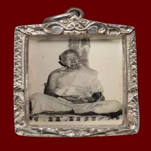 รูปถ่ายหลวงปู่ทิม พศ.2513 นั่งหลังพิงเสา
