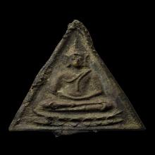 เหรียญหล่อสามเหลี่ยมหลวงพ่อรุ่ง วัดท่ากระบือ พิมพ์พระพุทธ
