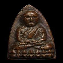 หลวงพ่อทวดหลังเตารีด พิมพ์ใหญ่เอ เนื้อแดง ปี พ.ศ. 2505